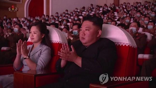 Ong Kim Jong-un gay xon xao khi bat ngo giam can-Hinh-3