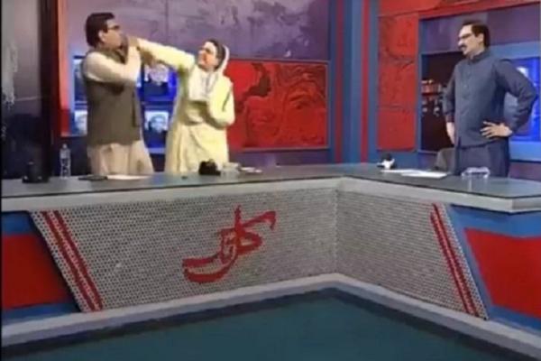 Chinh tri gia Pakistan xo xat nhau tren song truyen hinh