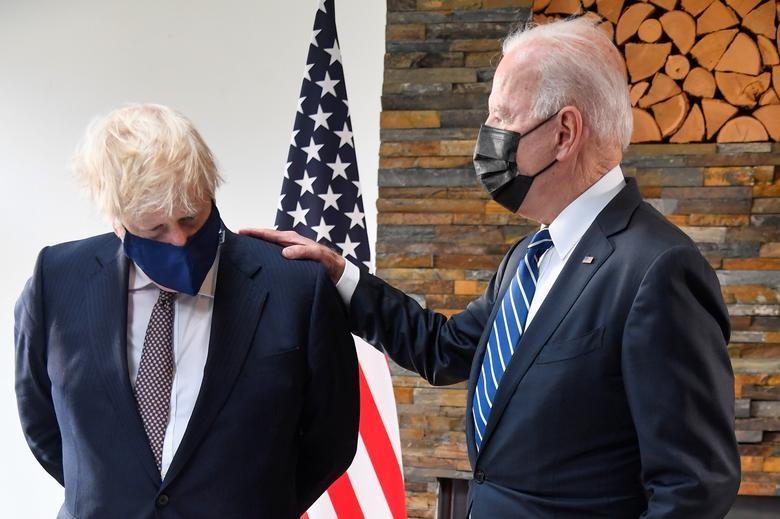 Gap Thu tuong Anh, Tong thong My Joe Biden tang mon qua bat ngo-Hinh-9