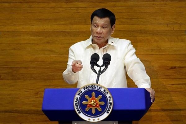 Tong thong Duterte: Chon di, tiem vaccine hoac ngoi tu