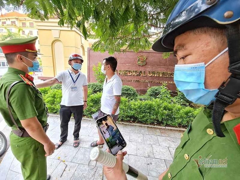 Theo chan luc luong xu phat nguoi ra duong khong ly do can thiet o Ha Noi-Hinh-3