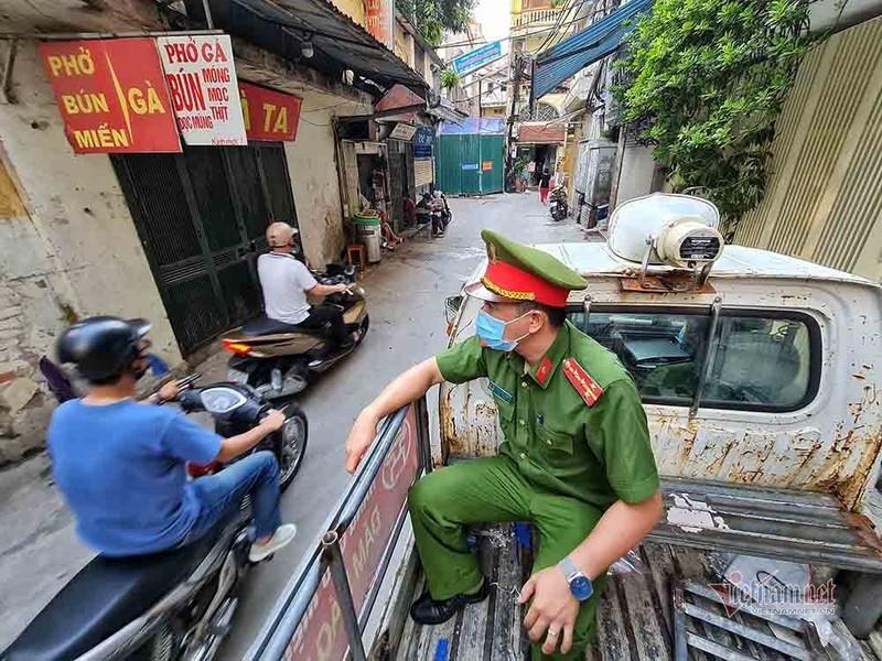 Theo chan luc luong xu phat nguoi ra duong khong ly do can thiet o Ha Noi-Hinh-5