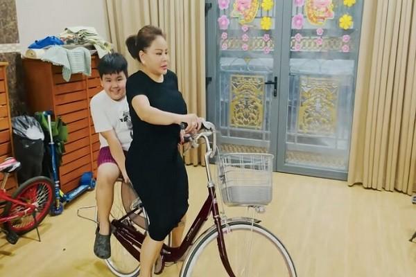 Le Giang khoe biet thu rong co the chay xe dap tap the duc