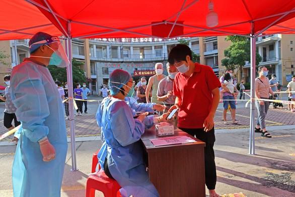 COVID-19 tai Trung Quoc: Hon 1 ty nguoi tiem chung du, van bung dich?-Hinh-6