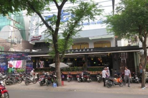 Nu sinh dien noi y rua mat khach uong ca phe-Hinh-7