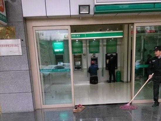 Xuc dong anh doi giay ban cua co cong nhan truoc cay ATM