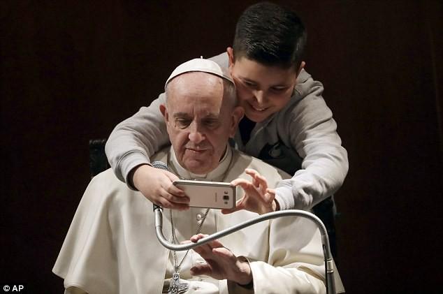 Cau be 7 tuoi gay bat ngo khi xin selfie voi Giao hoang