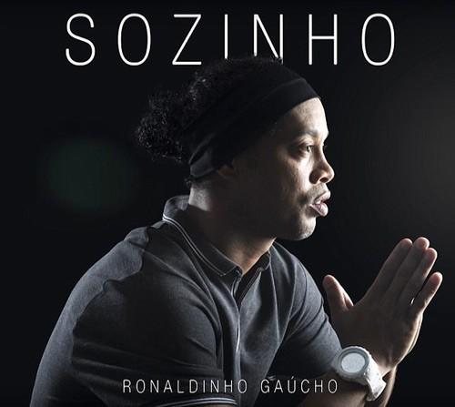 """Fan """"nga ngua"""" voi tai ca hat cua Ronaldinho-Hinh-2"""