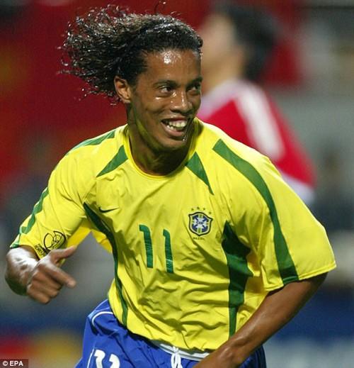 """Fan """"nga ngua"""" voi tai ca hat cua Ronaldinho"""