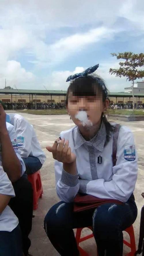 Nu sinh THPT Le Hoan hút thuóc trong le khai giảng gay sot-Hinh-2