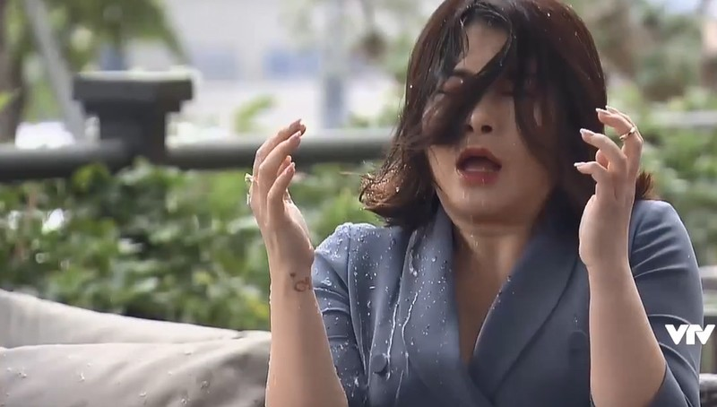 Quynh Kool run khi hat thang coc nuoc vao mat Kim Oanh