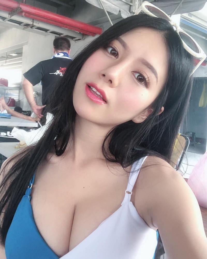 Hot girl Dai Loan bi tay chay vi lo co the khi livestream-Hinh-2