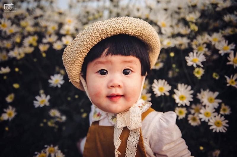 Hai huoc bo anh em be meu mao giua vuon cuc hoa mi-Hinh-4