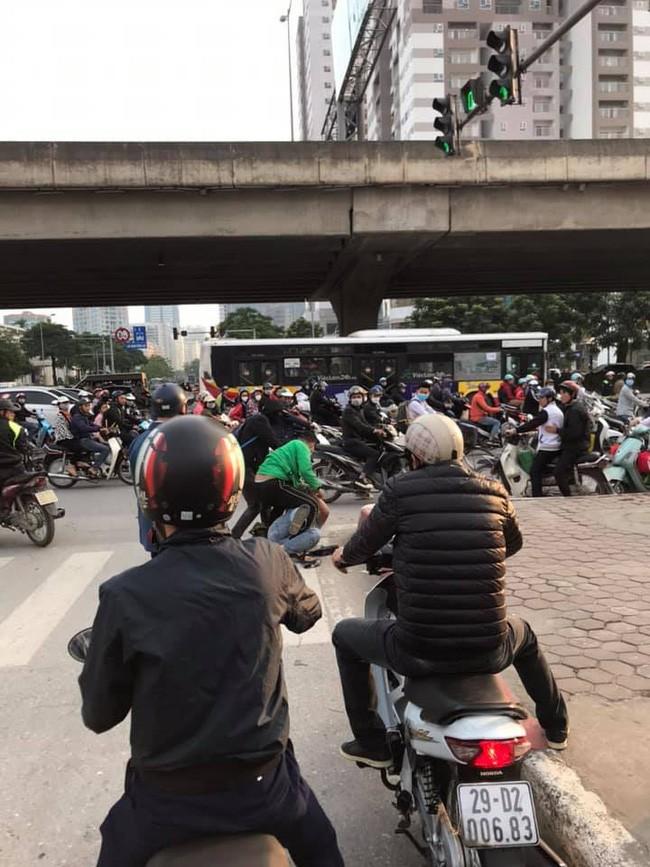 Khong duoc nhuong duong, tai xe Grab hanh xu gay phan no-Hinh-2