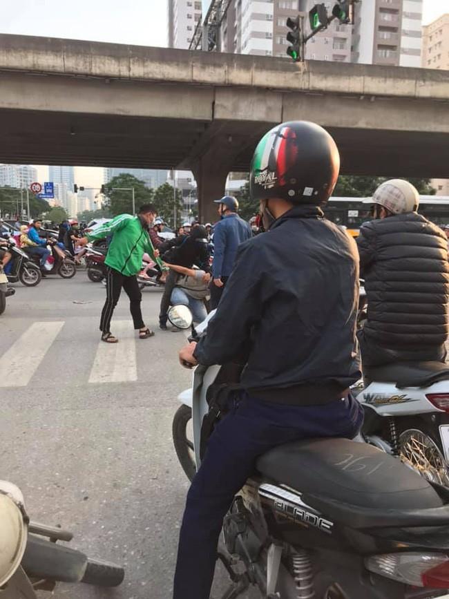 Khong duoc nhuong duong, tai xe Grab hanh xu gay phan no-Hinh-3