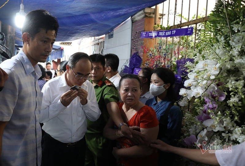 Bi thu Nguyen Thien Nhan bat khoc khi vieng be trai bi cay phuong do tu vong