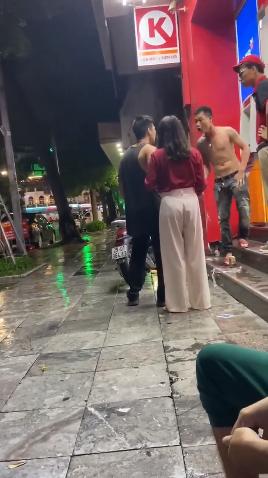 Sam so phu nu o cua hang tien loi, thanh nien ho bao nhan cai ket-Hinh-2