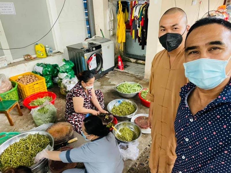 Xuc dong hinh anh MC Quyen Linh ho tro ba con giua dich COVID-19-Hinh-2