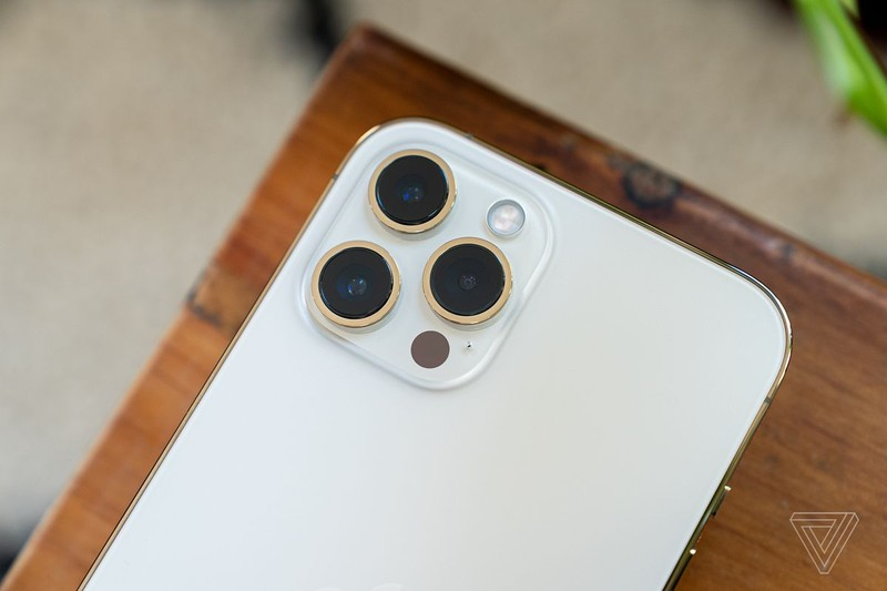"Camera iPhone ""lom"", Apple ""nho"" Samsung ho tro the nao?"