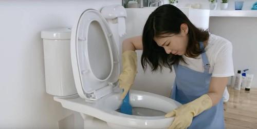 Dung toilet, cu ba bong nang vi mot thu nha nao cung co