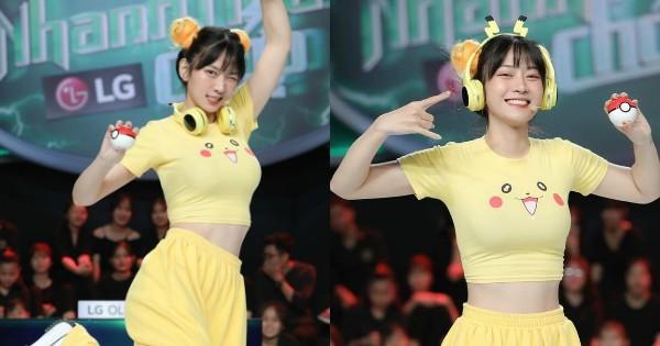 Mac ao Pikachu khoe vong 1 ngon ngon, gai xinh bi che phan cam-Hinh-2