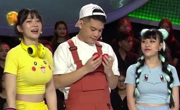 Mac ao Pikachu khoe vong 1 ngon ngon, gai xinh bi che phan cam