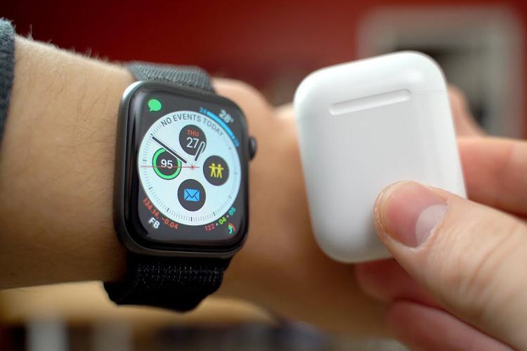 AirPods va Apple Watch dang mang ve