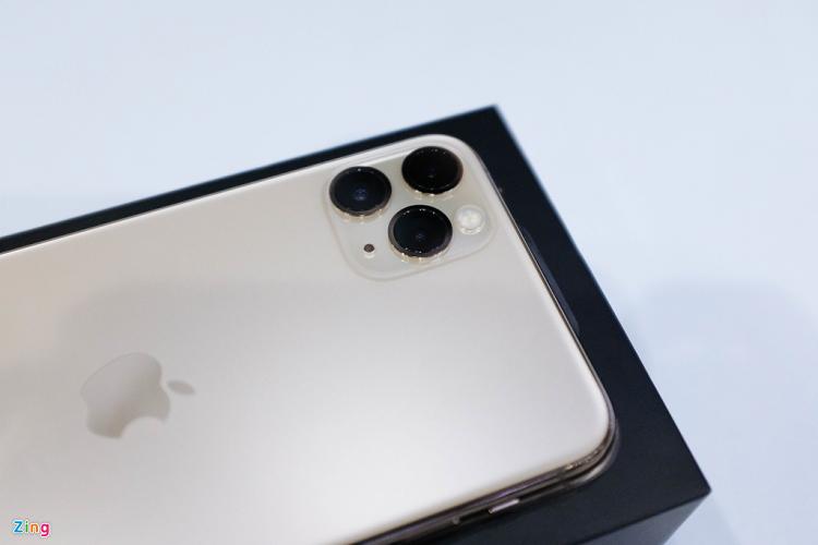Mo hop iPhone 11 Pro Max dau tien ve VN, the gioi chua ban-Hinh-2