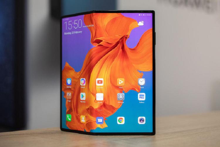 Smartphone man hinh gap Mate X cua Huawei gia 2.400 USD