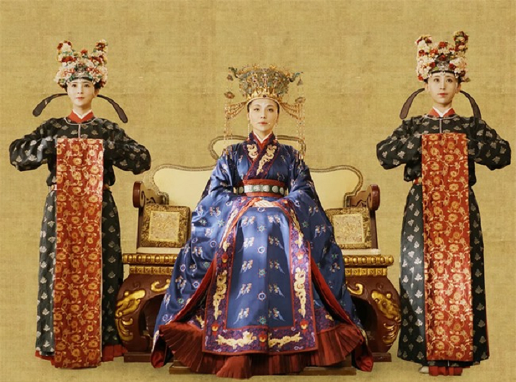 "Vi Hoang hau co man tai hon ""ruc ro"": Hen ho voi nguoi trong mong roi tung buoc luu danh su sach-Hinh-2"