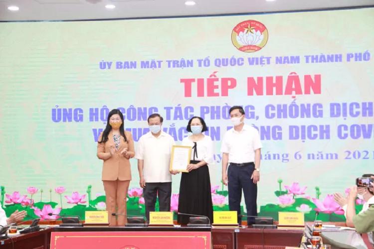 Gia dinh nguyen Bi thu Pham Quang Nghi ung ho 100 trieu vao Quy vac-xin
