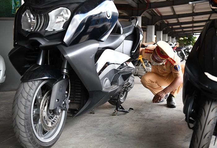 Bat giu mo to hang hiem BMW khong ro nguon goc tren tau Thong Nhat-Hinh-2