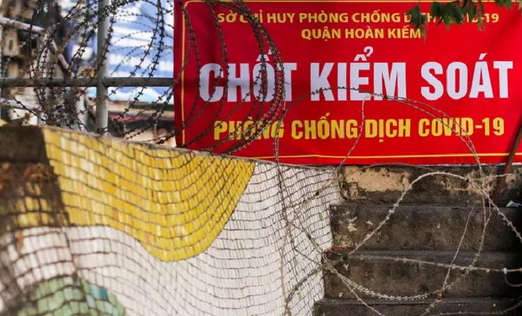 """CLIP: Lap hang rao thep gai ngan nguoi dan """"vuot rao"""" khu vuc cach ly-Hinh-2"""