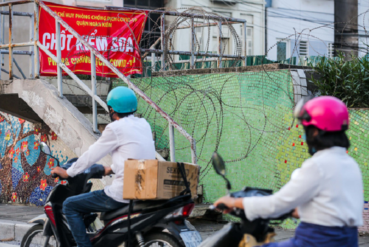 """CLIP: Lap hang rao thep gai ngan nguoi dan """"vuot rao"""" khu vuc cach ly-Hinh-9"""