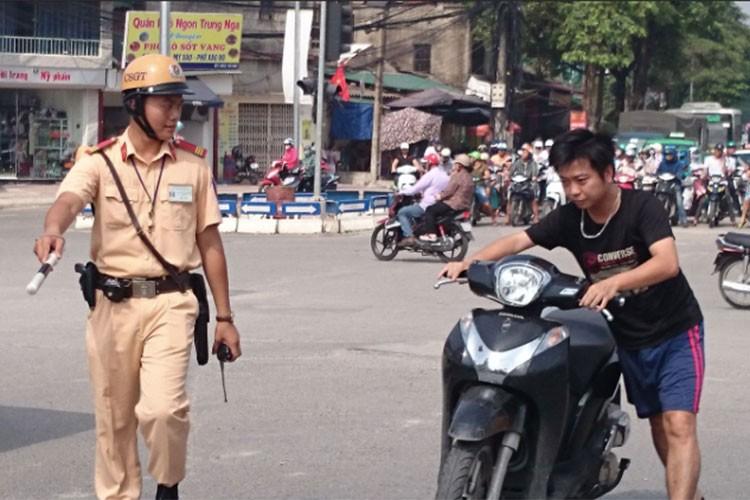 Nguoi di xe may khong doi MBH se bi phat toi 600.000 dong?