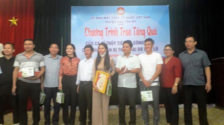 Ca si Thuy Tien trao tien ho tro nguoi dan Quang Nam 'rat minh bach'