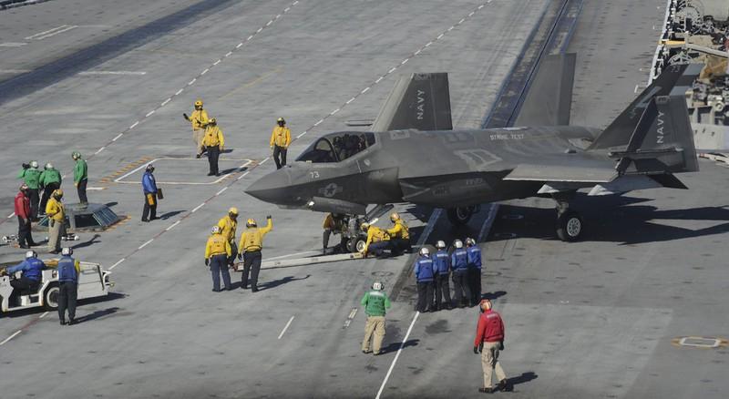 Dang long sieu tiem kich F-35C khong mang duoc ten lua AIM-9X