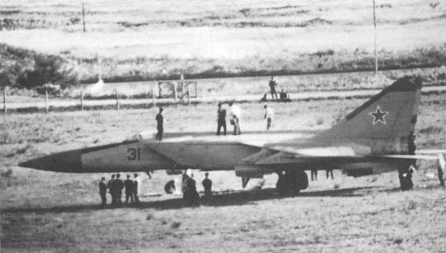 Khong quan My lam the nao de ngan phi cong lai F-22 bo tron?-Hinh-11