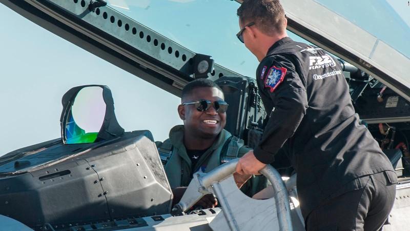 Khong quan My lam the nao de ngan phi cong lai F-22 bo tron?-Hinh-4