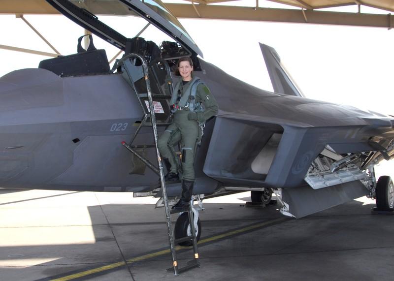 Khong quan My lam the nao de ngan phi cong lai F-22 bo tron?-Hinh-5