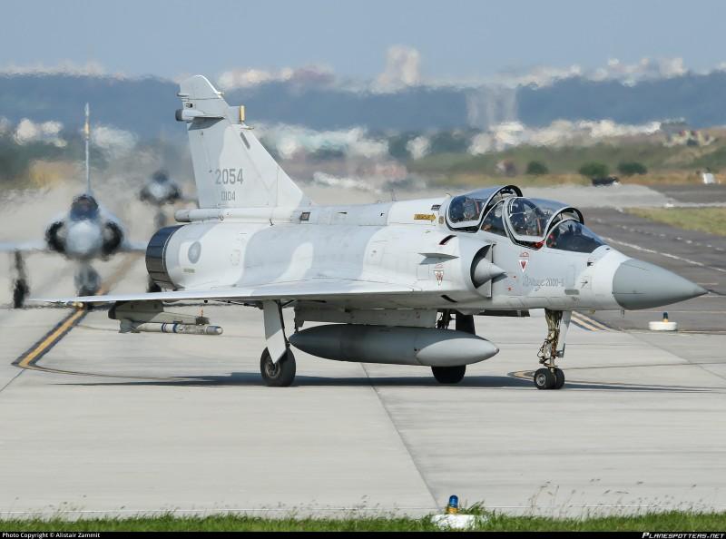 Vi sao chien dau co F-16 van dat hang, con Mirage 2000 thi khong?-Hinh-10