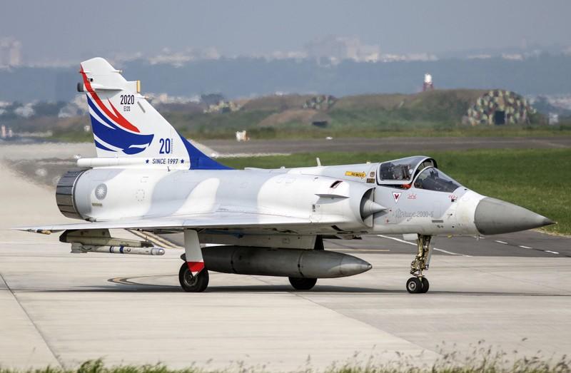 Vi sao chien dau co F-16 van dat hang, con Mirage 2000 thi khong?-Hinh-9