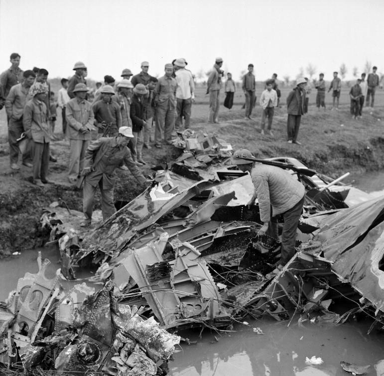 Bao Nga nhac lai chien tich Viet Nam ban ha may bay John McCain-Hinh-29