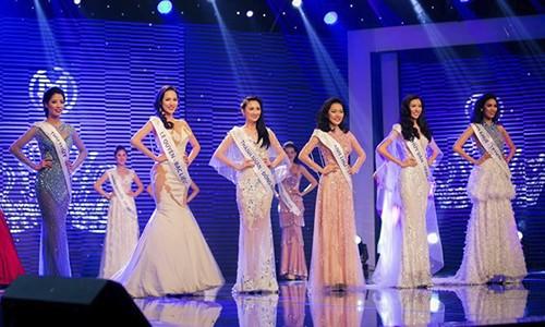 Soi phan ung xu cua Top 6 Hoa khoi Ao dai VN