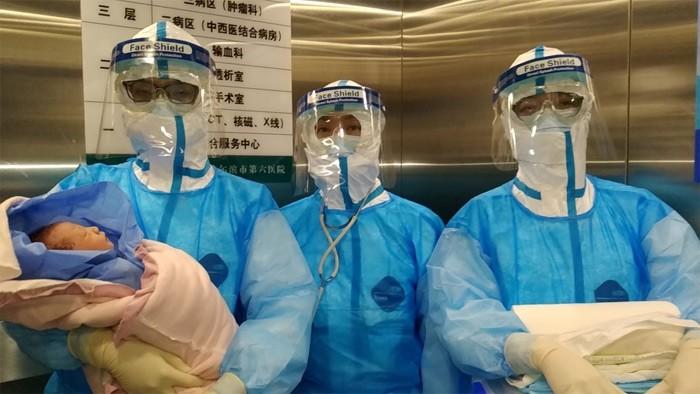 Kinh ngac san phu nhiem virus corona sinh con khoe manh-Hinh-2
