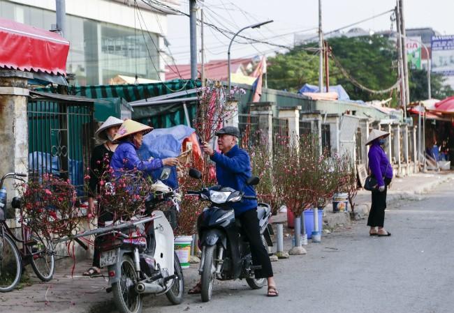 Dao no som, nguoi dan ru nhau mua ve choi Tet Duong lich-Hinh-8