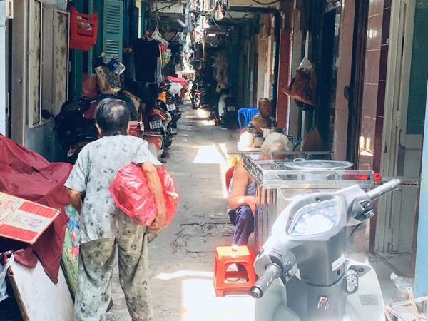 'Dat du' Sai Gon: Anh cong an ngoi doc sach giua duong de canh toi pham-Hinh-2