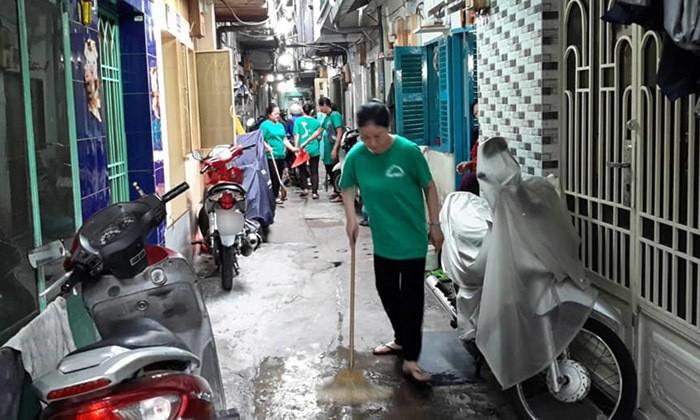 'Dat du' Sai Gon: Anh cong an ngoi doc sach giua duong de canh toi pham-Hinh-3