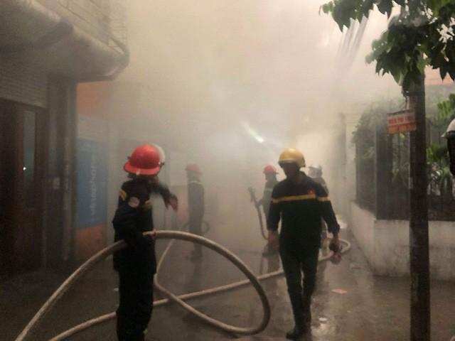Ha Noi: Chay kho hang tren pho Tran Quang Dieu
