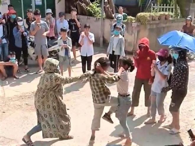 Nu sinh Tuyen Quang au da, nhieu nguoi co vu: Hoi trach nhiem nha truong?